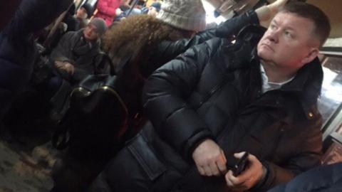 Очевидцы засняли мэра Саратова в вечернем трамвае