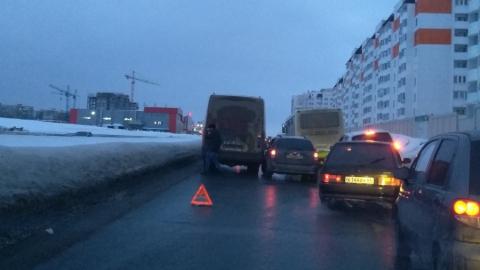 """Притершиеся """"Шевроле"""" и микроавтобус заблокировали дорогу"""