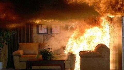 30 человек эвакуировали с пожара, который устроила пьяная женщина