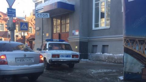 Автомобиль полиции припарковался на тротуаре у Главпочтамта