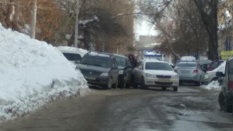 Две машины создали пробку в центре Саратова