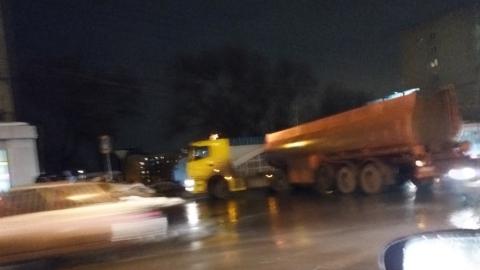 Развернувшаяся посреди дороги фура перекрыла улицу Чернышевского
