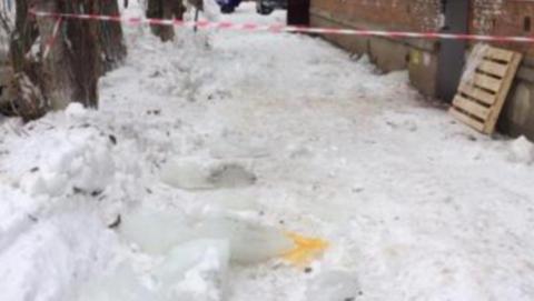 Жителя Энгельса убило ледяной глыбой. Возбуждено уголовное дело