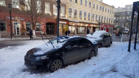 Припаркованные на пешеходной зоне машины завалило снегом