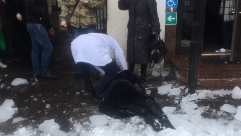 Сосульки в центре Саратова ранили двух женщин. Фото