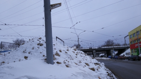 У стадиона «Волга» остановку завалило снегом