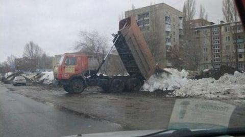 Водитель КамАЗа вывалил снег на обочину