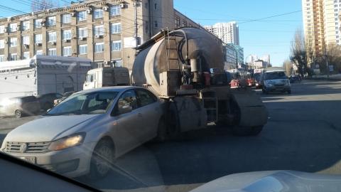 """Цементовоз задним колесом въехал в """"Фольксваген"""""""