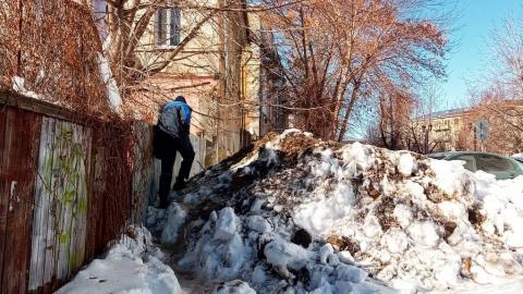 Рядом со зданием минобразования пешеходы вынуждены идти по сугробам