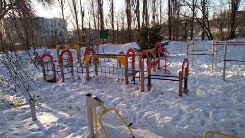 Саратовец пожаловался на заваленную снегом детскую площадку