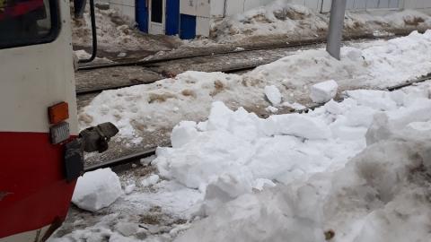 Трамваи 9 и 10 маршрутов остановились из-за упавшего на пути снега