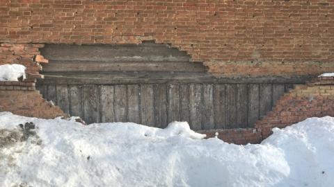 В доме на улице Гоголя второй год рушится кирпичная стена
