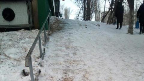 Саратовцы жалуются на занесенную снегом лестницу у дома
