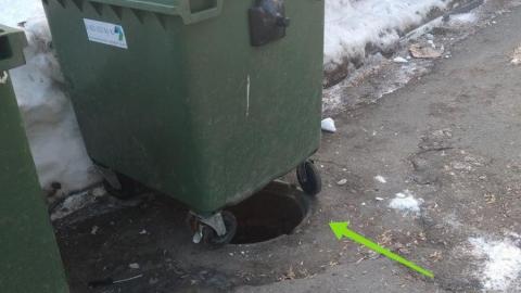 В центре Саратова открытый люк прикрыли мусорным баком