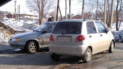 Столкнувшиеся машины заблокировали перекресток