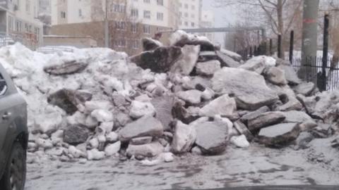 Вместо чиновников и дворников заваленную снегом дорогу на улице Валовой убирали жители дома