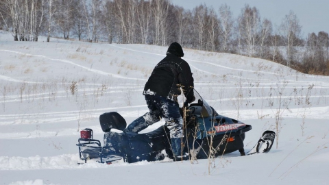 Мужчину оштрафуют за покатушки на снегоходе с расчехленным и заряженным ружьем
