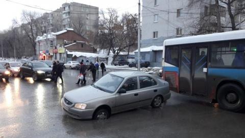"""Автоледи на """"Хендэ"""" в центре Саратова провалилась в открытый люк"""