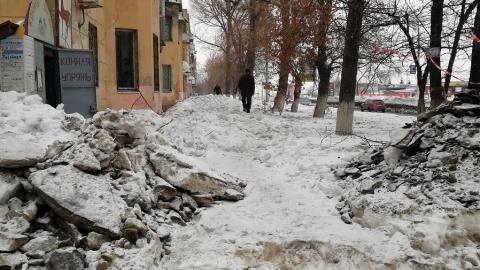 Сброшенный с крыш на Московском шоссе снег оставили на тротуаре