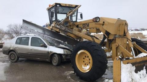 Иномарка влетела в автогрейдер