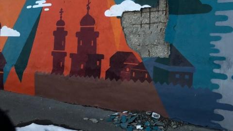На новой Набережной осыпается стена, вокруг снег и мусор