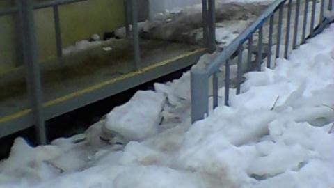 Вход на почту завален снегом и льдом