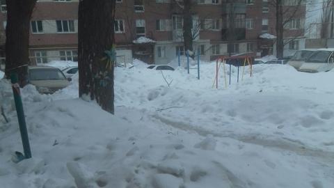 Саратовец пожаловался на не чищенный всю зиму снег во дворе дома