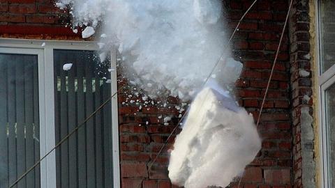 Двух женщин только что ранило упавшим с крыши снегом