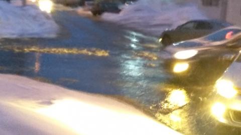 На улице Тархова прорвало водопровод