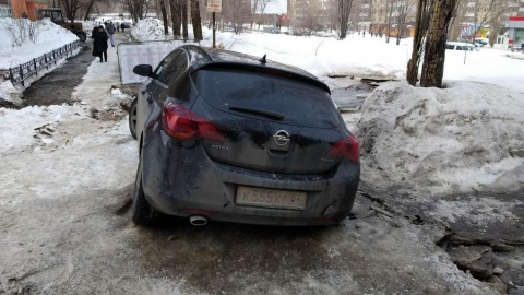 Ликвидировать аварию на водопроводе мешает припаркованная на месте прорыва машина