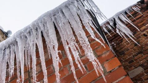 Потепление угрожает саратовцам массовым обвалом сосулек и снега с крыш