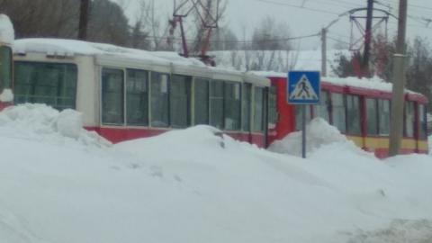 Вагон трамвая сошел с рельсов