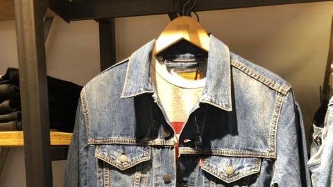 """Администрация магазина в """"Триумф Молле"""" просит парня вернуть куртку"""