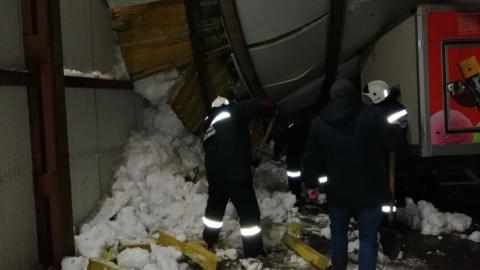 Два работника хладокомбината получили переломы после обрушения навеса