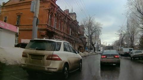 """Белый """"Мерседес"""" вылез на полосу общественного транспорта. Видео"""