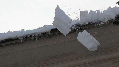 Глыба льда рухнула с крыши на трехлетнего мальчика