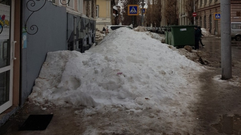 В квартале от администрации Саратова на тротуаре две недели лежит сброшенный с крыши снег