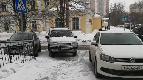Три автохама оккупировали тротуар возле университета