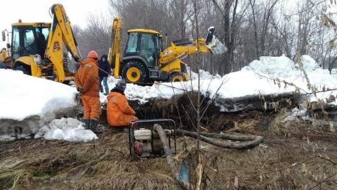 Рабочие добрались до места повреждения магистрального водопровода