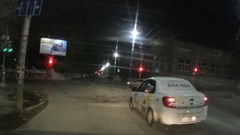 Таксист-автохам проехал на красный и повернул не из того ряда. Видео