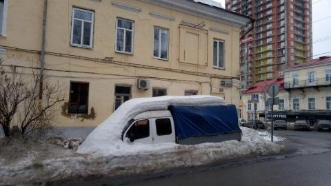 Центр Саратова по-прежнему завален снегом