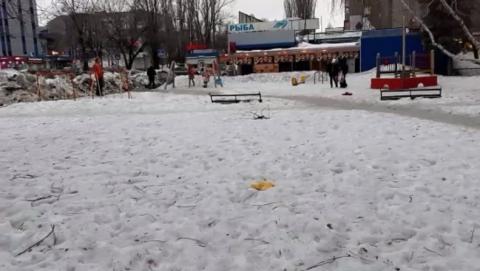 Саратовец снял на видео засенеженный и захламленный сквер