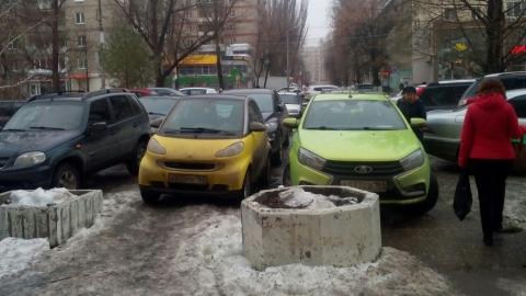 Автохамы заставили тротуар на пересечении улиц Вавилова и Пугачева
