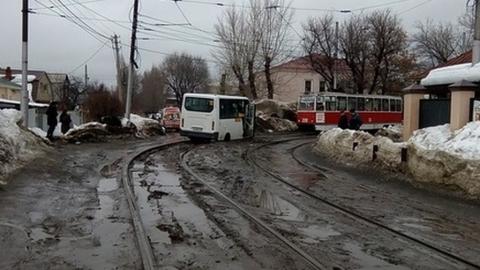 Трамваи более получаса не ходили из-за застрявшей на рельсах маршрутки