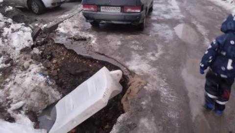 Саратовцы жалуются на огромную яму на дороге