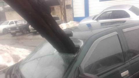 Упавшая с дома лестница пробила стекло машины