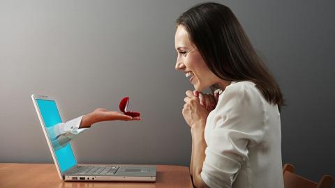 Встреча парня и женщины после знакомства в интернете обернулась кражей 20 тысяч рублей