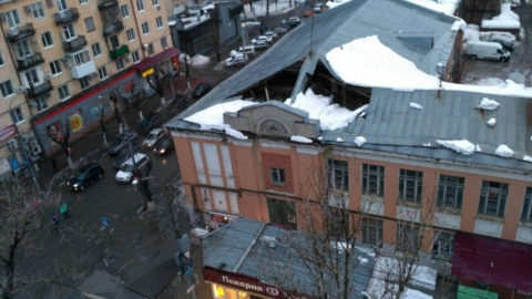 Чиновники ищут собственников здания в центре Саратова, где под снегом провалилась крыша