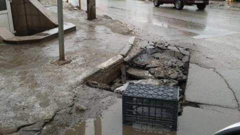 Чиновники заинтересовались провалившимся асфальтом в центре Саратова
