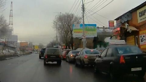 Водители выезжают на встречную полосу, чтобы не провалиться в люк. Видео